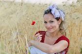 Giovane e bella donna su campo d'oro di cereali in estate — Foto Stock