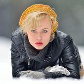 Hezká žena portrét venkovní v zimě — Stock fotografie