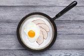 Fried egg and ham breakfast — Stock Photo