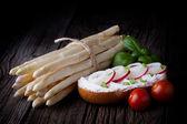 Sandwich frais et asperges blanches — Photo