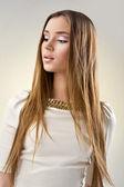 Welldressed młoda dziewczyna ciemny blond — Zdjęcie stockowe