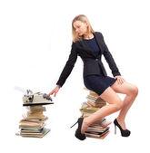 Mulher de negócios é trabalhar com uma máquina de escrever — Foto Stock