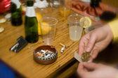 Droger och alkohol missbruk i parti — Stockfoto