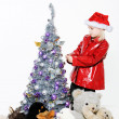 Little girl preparing christmas tree — Stock fotografie