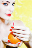 Vacker kvinna stående erbjuder apelsinjuice — Stockfoto