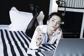在一间卧室的女人持有信用卡沉思 — 图库照片