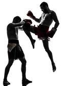 Två män tränar thai boxning siluett — Stockfoto