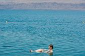 En kvinna bada bada i döda havet Jordanien — Stockfoto