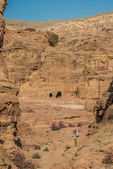 Tourists walking in nabatean city of petra jordan — Stock Photo