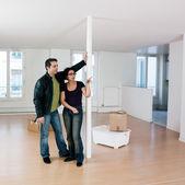 Couple inside an empty loft appartement — Stock Photo