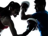 Тренер мужчина женщина осуществляет box силуэт — Стоковое фото