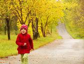 Het kleine meisje uitgevoerd — Stockfoto