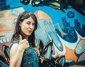 Porträtt av glad ung kvinna — Stockfoto