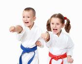 Idrottare pojke och en flicka slå en punch arm på en vit bakgrund — Stockfoto