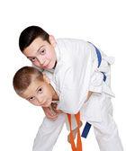 Med orange bälte idrottsman gör kasta idrottsman med ett blått bälte — Stockfoto