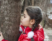 Girl kissing tree. — Stock Photo