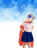 Małe dziecko ratunek super bohater — Zdjęcie stockowe