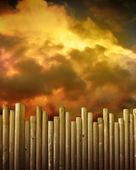 Dřevěný plot proti červené bouřkové mraky — Stock fotografie