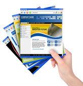 Mano che tiene internet modelli di siti web — Foto Stock