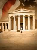 Stad justitie wet gerechtsgebouw met vlag — Stockfoto