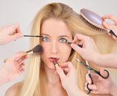 Makyaj kadın makeover almak — Stok fotoğraf