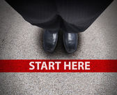 Uomo d'affari presso la linea di partenza percorso stradale — Foto Stock