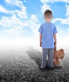 Samotny chłopiec stoi sam na sam z misiem — Zdjęcie stockowe
