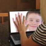 在 web cam 笔记本电脑上一起家庭 — 图库照片