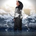 оптимистичный деловой человек в дождевой воды — Стоковое фото