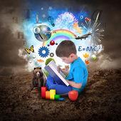Jongen lezen boek met onderwijs objecten — Stockfoto