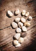 Ahşap zemin üzerinde taş ayak izi — Stok fotoğraf