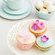 Macarons and decorated cupcakes — Stock Photo