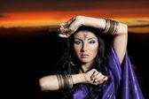 Bellissima giovane donna bruna indiana con moda tradizionale — Foto Stock