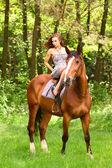 Piękna, młoda dziewczyna na koniu — Zdjęcie stockowe