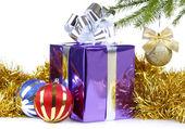 Caja de regalo de navidad y decoraciones — Foto de Stock