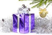 Scatola con il regalo di natale e decorazioni — Foto Stock