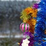 Красивые игрушки и декор на ветке furtree — Стоковое фото
