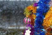 Décor sur une branche de furtree et beaux jouets — Photo