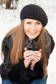 Porträt von dunkel blonde junge frau — Stockfoto