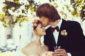 Besos novia joven novio hermoso — Foto de Stock