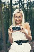 Hermosa chica adulta con cámara de fotos retro — Foto de Stock