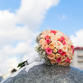 Wedding bouquet of yellow and pink roses — Stock Photo