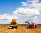 Tractor con heno — Foto de Stock