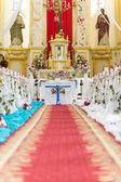 Kerk is klaar voor de ceremonie van het huwelijk — Stockfoto