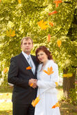 Lyckliga bruden och brudgummen — Stockfoto