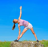 Donna yoga sulla natura — Foto Stock