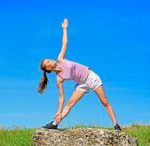 在性质上瑜伽女人 — 图库照片