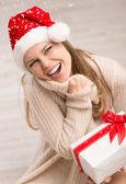 Santa meisje en sneeuwvlokken — Stockfoto