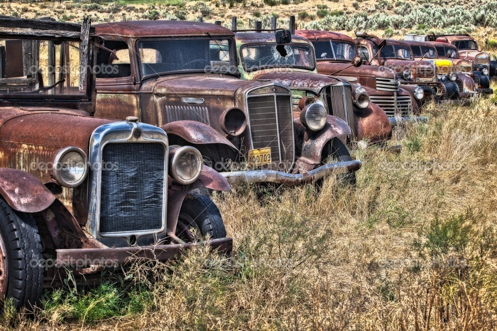 Vintage cars abandoned and rusting away in rural wyoming — Stock Photo #14502401