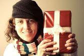 Vrouw met kerstcadeau — Stockfoto